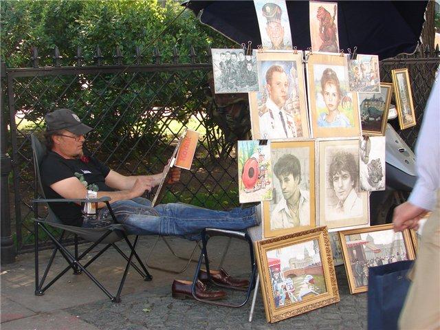 На Невском рисуют портреты – стоимость от 1000 рублей за черно-белый потрет