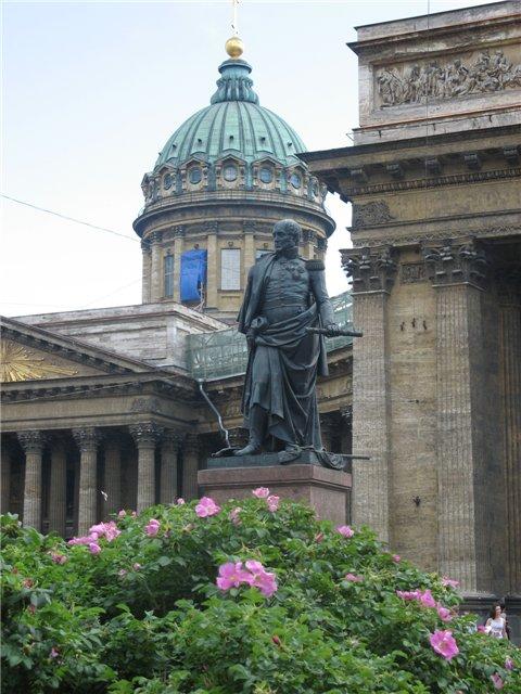 Памятник Суворову возле Казанского собора